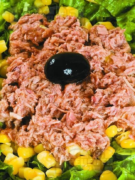 Зелена салата с риба тон и царевица - снимка на рецептата